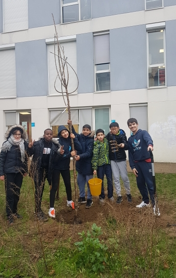 Read more about the article Reprise de l'Atelier «Vigie Nature»: plantation des arbres fruitiers